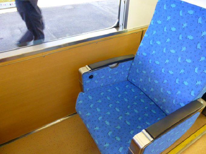 座席には公式キャラクターのシルエット