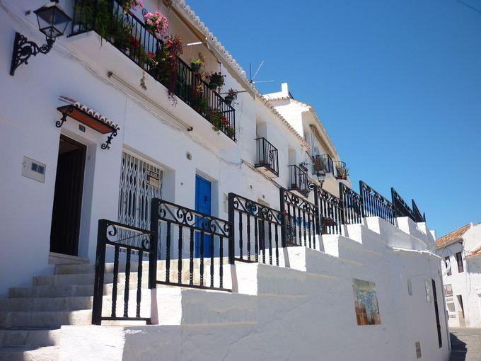 青い空と白い壁
