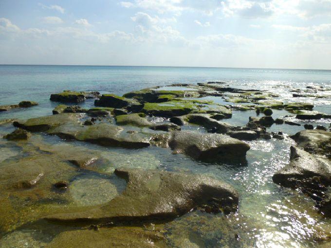 キラキラの海の中に浮かぶ岩場の奥が「ハートロック」