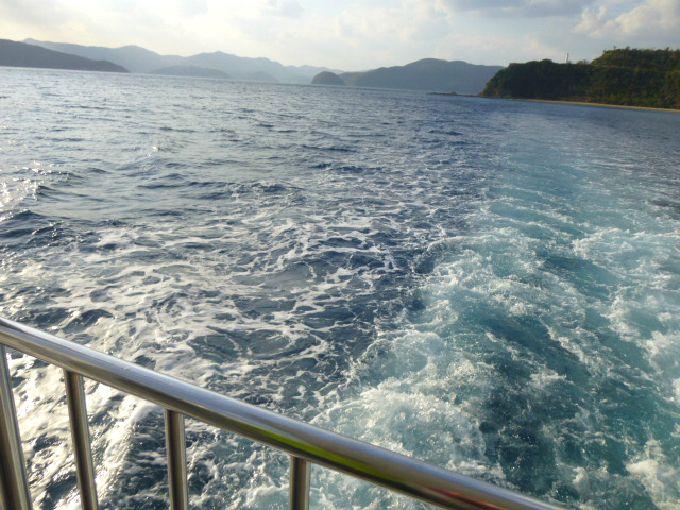 帰りはデッキに出て、海から島を見てみよう!