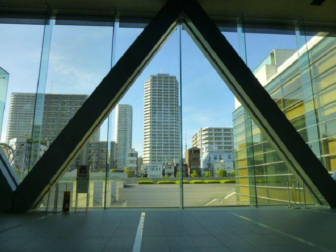 もう一方の窓からは、都会の景色