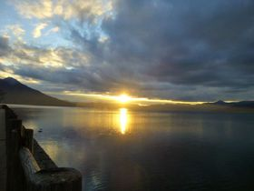 これぞ涙腺刺激の幻想的ショー!支笏湖に映る美しい夕陽を見逃すな