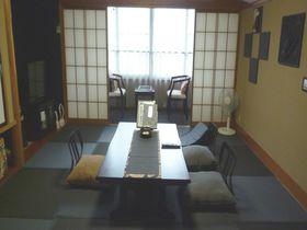 くっ、黒い!炭ルームの癒しと食パワー「旅の宿 丸京」鬼怒川温泉・栃木|栃木県|トラベルjp<たびねす>