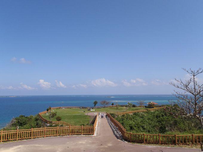 緑×青い海×青い空×心地よい海風、すべてがそろう知念岬公園
