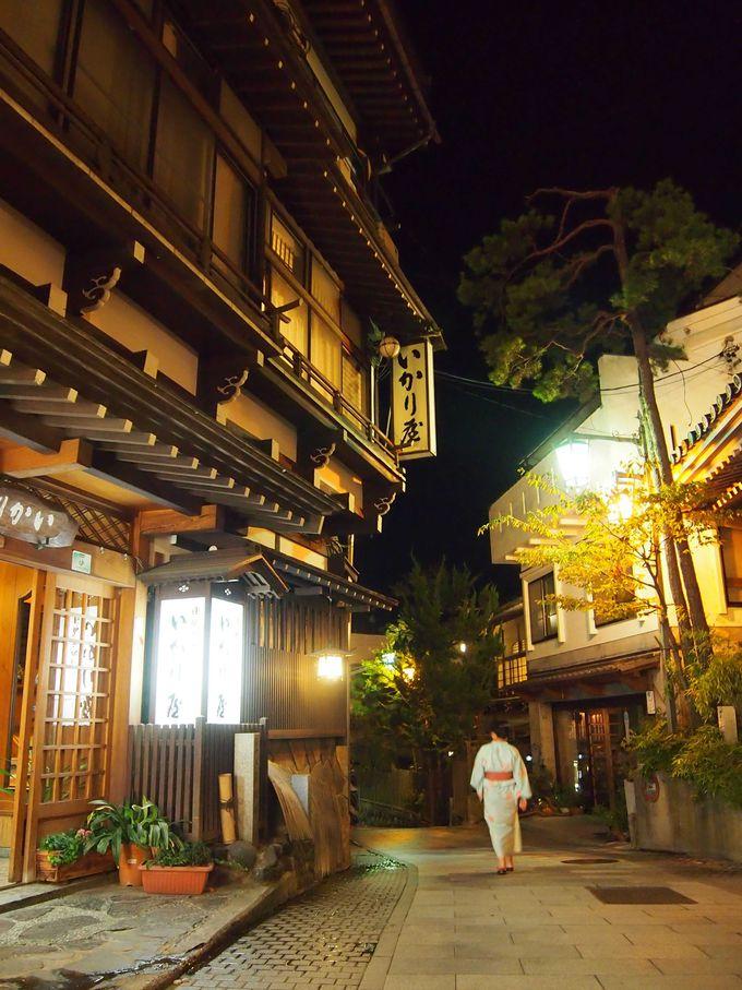 灯りに浮かび上がる木造旅館