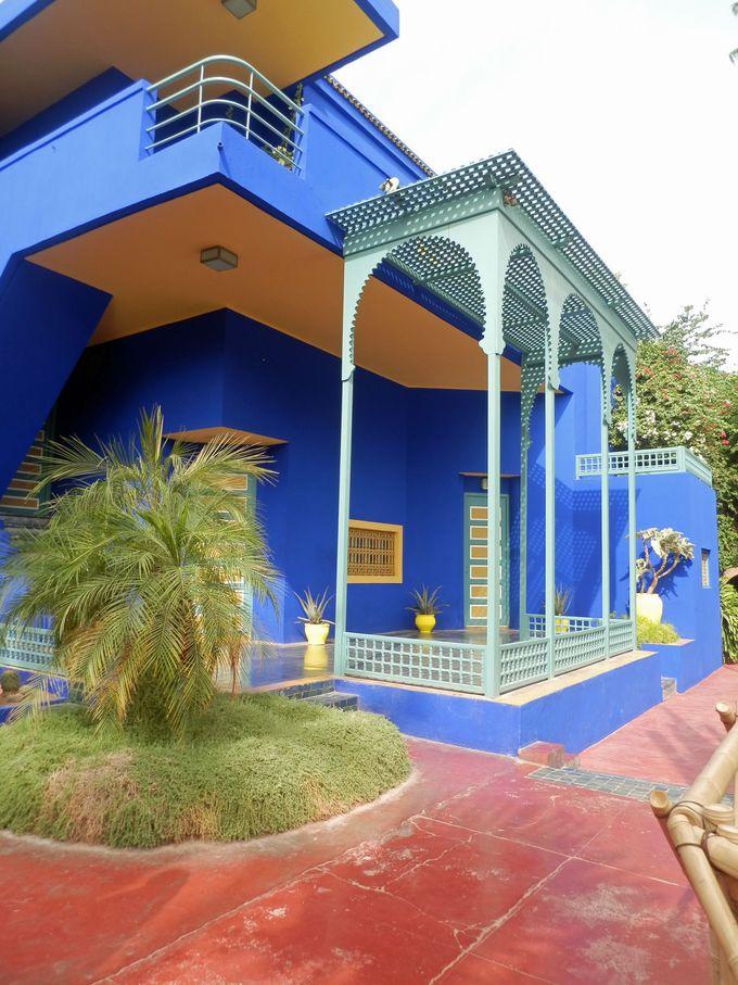 青と黄色の対比が見事!直線が印象的なアールデコ風建築。