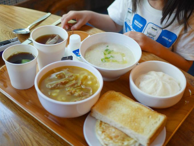 お粥も選べる朝食は、併設のおしゃれカフェ「呼吸冰室」で。