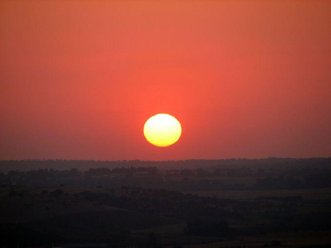 圧巻!モンサラーシュの夕焼けは、太陽が沈む音が聞こえそう。