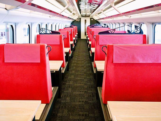 普通車指定席券で乗れる、鮮やかな紅花色のお座敷車両。