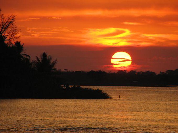 アクセス拠点はフローレス島。湖に沈む美しい夕日も!