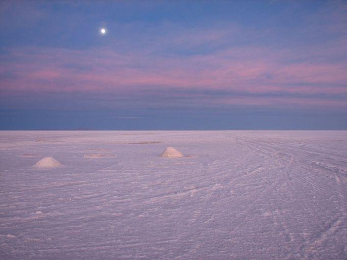 朝のウユニ塩湖は、この世のものとは思えないほど幻想的!