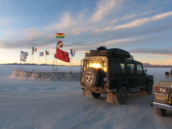 塩湖ではためく、プラヤブランカの国旗は必見!