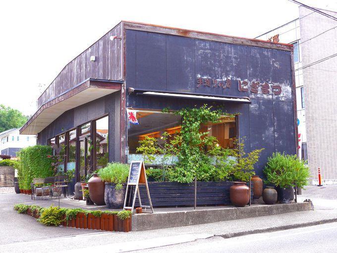 常滑駅から徒歩8分。やきもの散歩道の入口にある雑貨屋&カフェ。