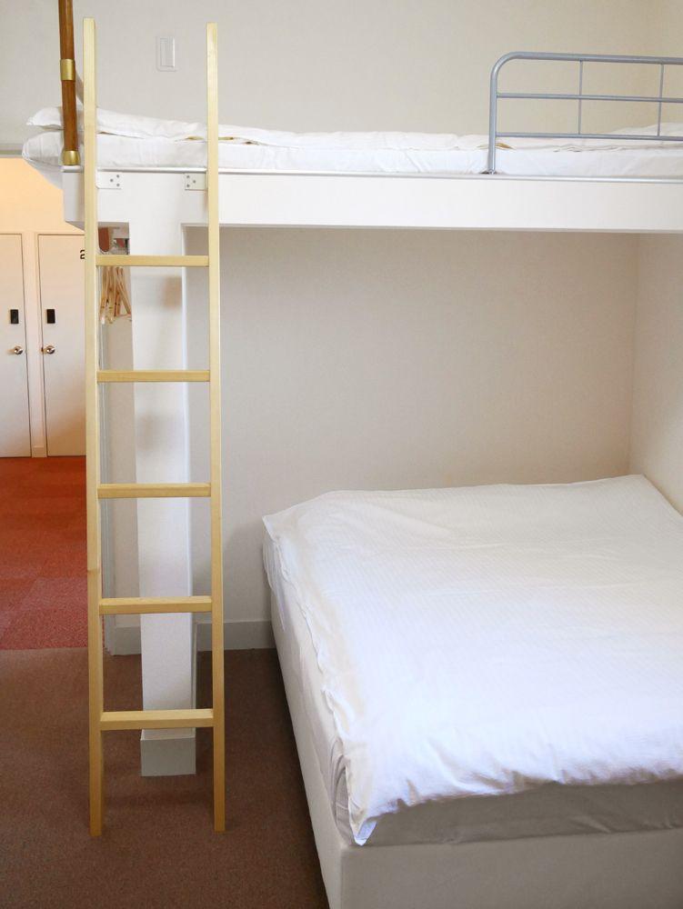 2階はグループ向けの和洋の個室と、無料で使えるパソコン