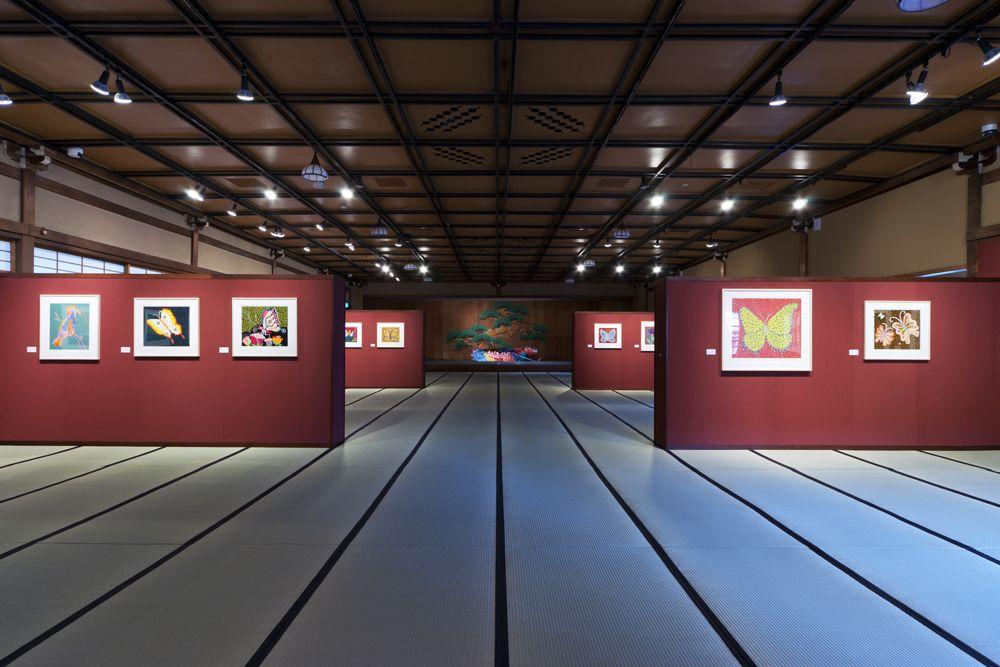 2階の第4展示室は、広大な舞台座敷を生かしたギャラリー