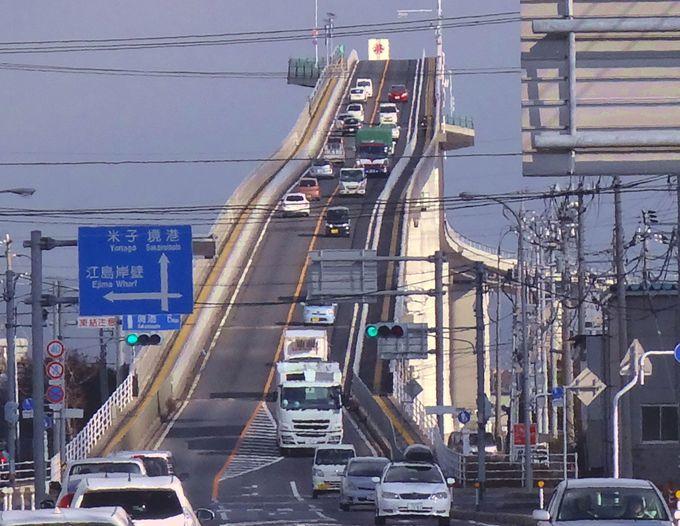 コレがCMで話題の「べた踏み坂」だ!落差が圧巻「江島大橋」