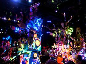 海外観光客が殺到!噂の総工費100億円「ロボットレストラン」へ!新宿歌舞伎町
