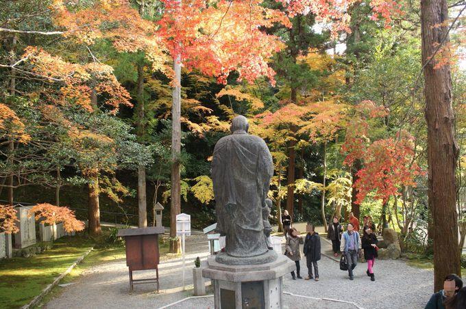 五色紅葉に彩られる子護大師(こまもりたいし)