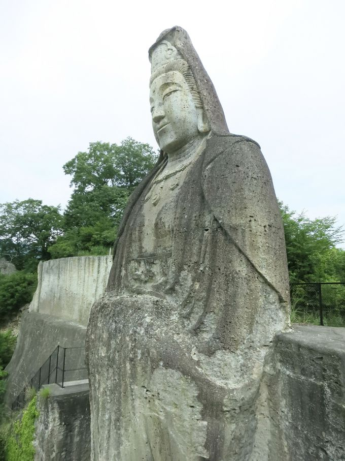 高さ約27m!自然の岩壁に彫られた平和観音