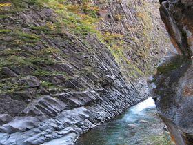 紅葉に新米!柱状節理の岩肌と紅葉が美しい名勝「清津峡」
