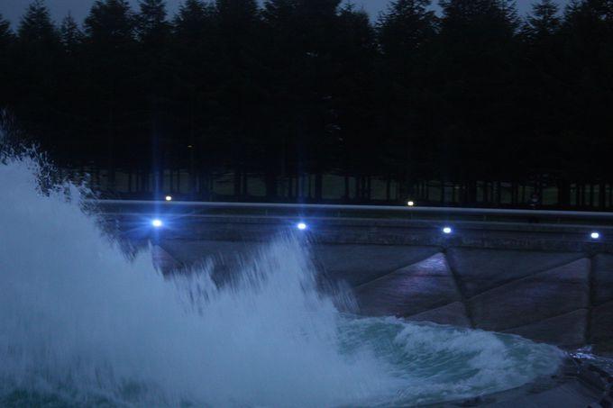 壮大な海をモチーフにした噴水。