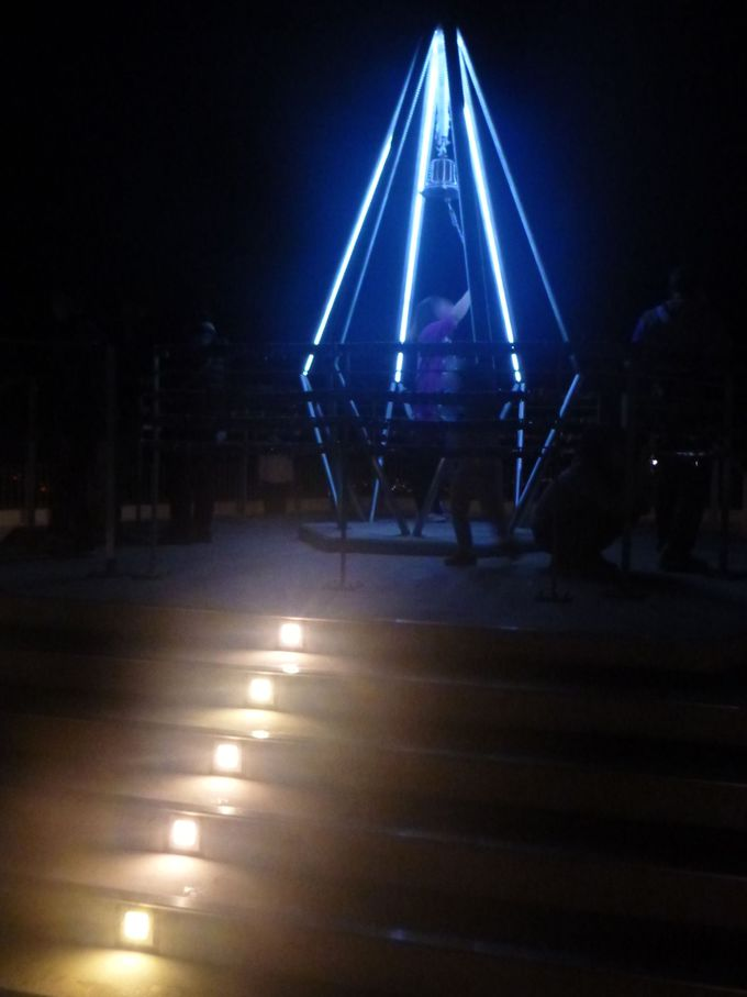 夜景に輝く、鐘のモニュメント