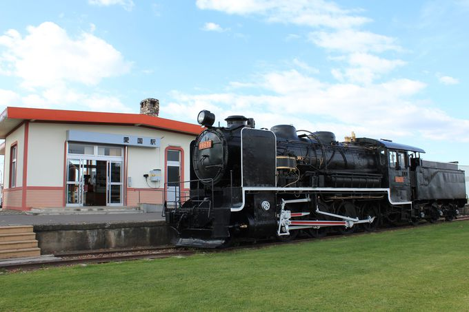 プラットホームに佇む漆黒の蒸気機関車19671号