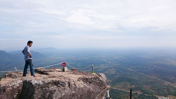 神秘的な遺跡と断崖絶壁からの絶景は必見「プレアヴィヒア寺院」