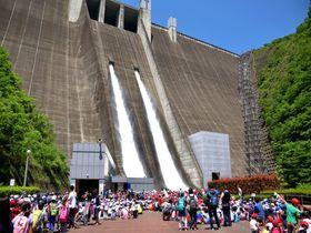 豪快・爽快・放流ショー!相模原市「宮ケ瀬湖」はダムのテーマパーク|神奈川県|トラベルjp<たびねす>