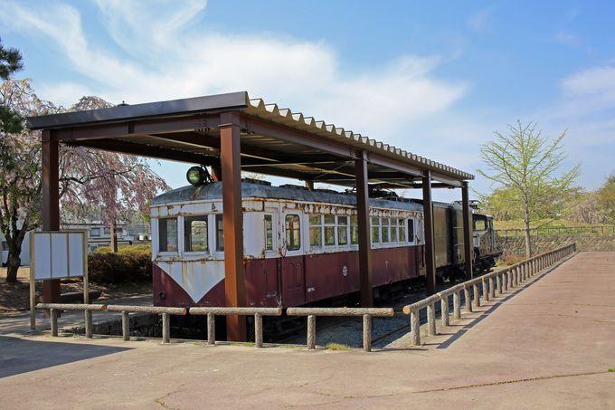 駅の裏手には3両の電車たちが