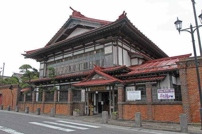 太宰治の生家「斜陽館」は隣駅から至近