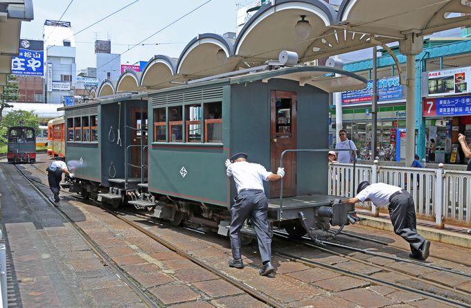 機関車の付け替えは手作業で行います