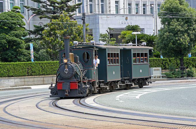 車道の上を昔ながらの列車が走ります