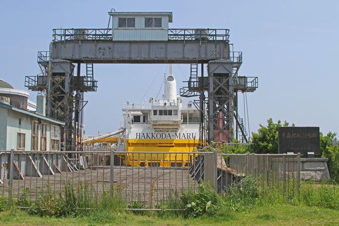 連絡船桟橋にはレールが延びていました