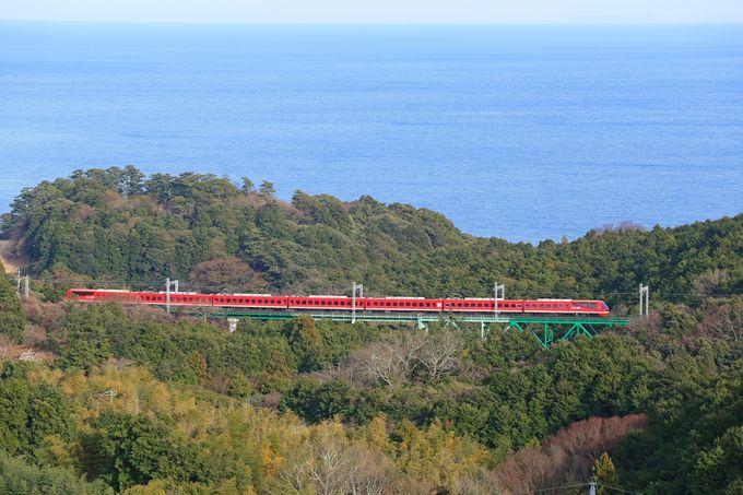 電車は美しい海岸線を走ります