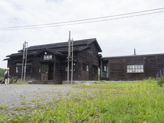 昭和初期の姿を再現した木造駅舎「明日萌駅」のセット