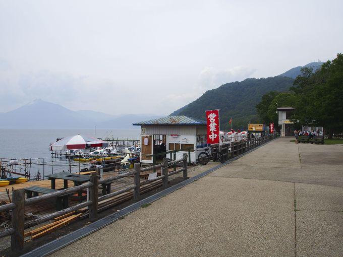 湖畔にある観光船乗り場