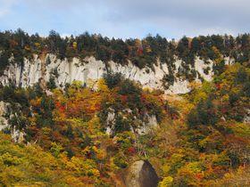 渓谷に訪れる秋!絶壁を彩る紅葉が美しい北海道「天人峡」|北海道|トラベルjp<たびねす>