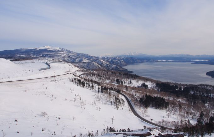 白く染まった屈斜路湖の周辺の景観
