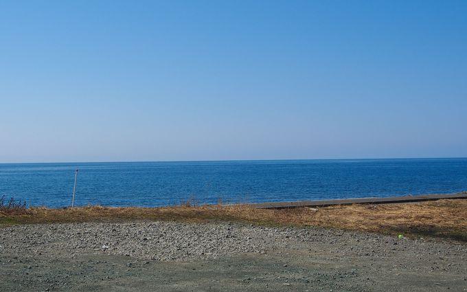 駅ホームの向かいに広がっている海