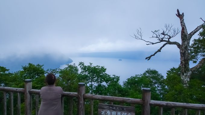 霧が漂う摩周湖の撮影は連写で!