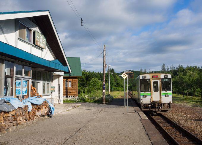 自然に囲まれた比羅夫駅の駅舎内にある民宿