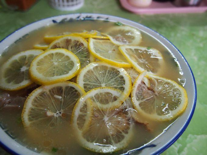 レモンで覆い隠され、麺が見えない!