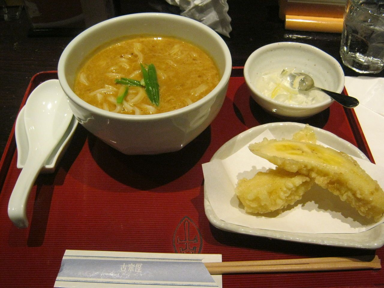 バナナの天ぷらでカレーうどんを食べる「古奈屋」