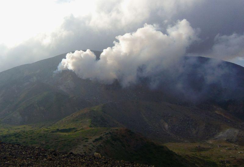 噴煙を上げる火山を間近で体感!