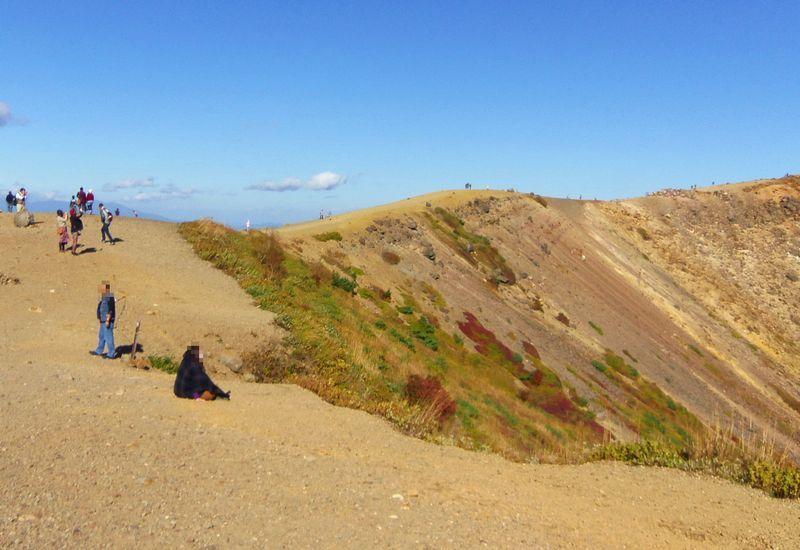 荒涼とした景色の浄土平。吾妻小富士に登って火口を覗こう!