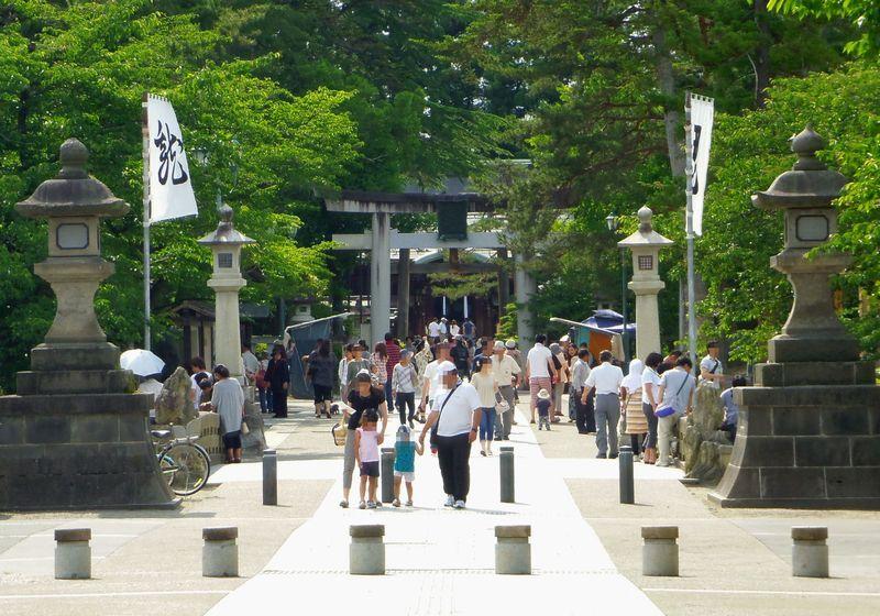 開運招福・諸願成就〜多くの参拝者で賑わう上杉神社