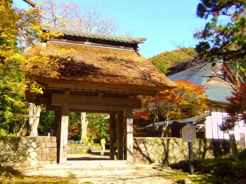 歴史的建物「寒湯番所跡」と紅葉のコラボ
