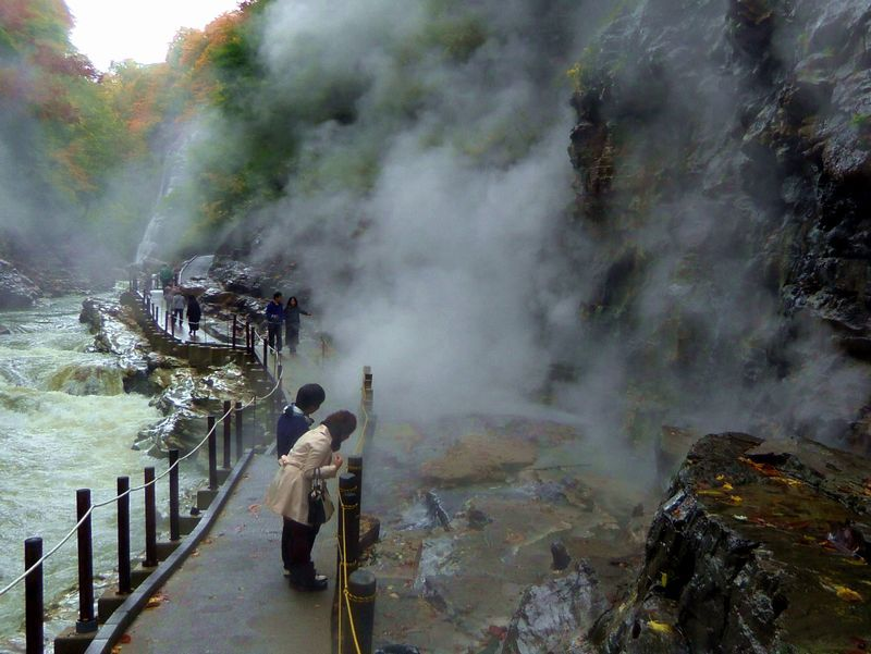 小安峡のハイライト〜温泉が吹き出す「大噴湯」