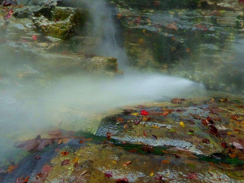 吹き出す温泉蒸気は、熱くて迫力満点!